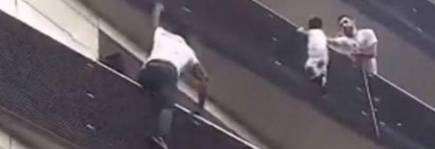 A Paris, un homme escalade 4 étages à mains nues pour sauver un bébé suspendu dans le vide - Regardez