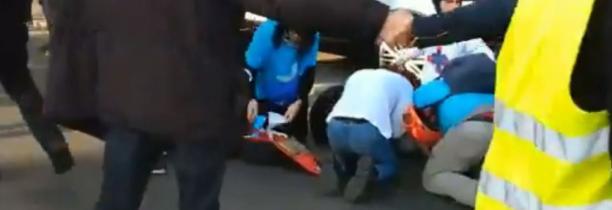 GILETS JAUNES :Un vehicule fonce sur les pietons  plusieurs blessés  VIDEO